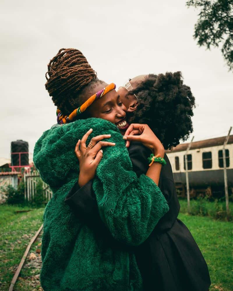 חברות, חיבוק, קניה, אושר, שמחה, ביחד