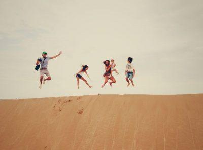 קופצים, שמחה, צחוק, חול, משפחה