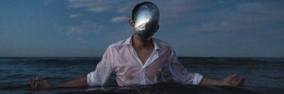 נשמה, אדם בים, מסכה, זרועות פרושות