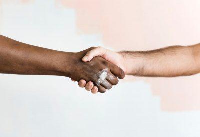 לחיצת ידיים, שחור ולבן