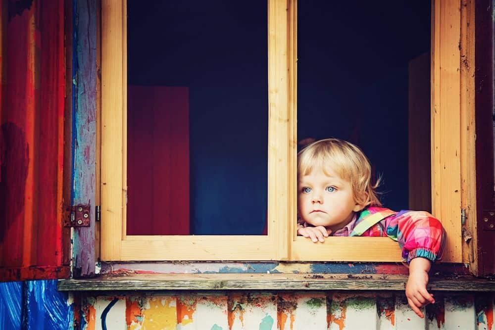 ילדה קטנה, חלון, מבט, עיניים