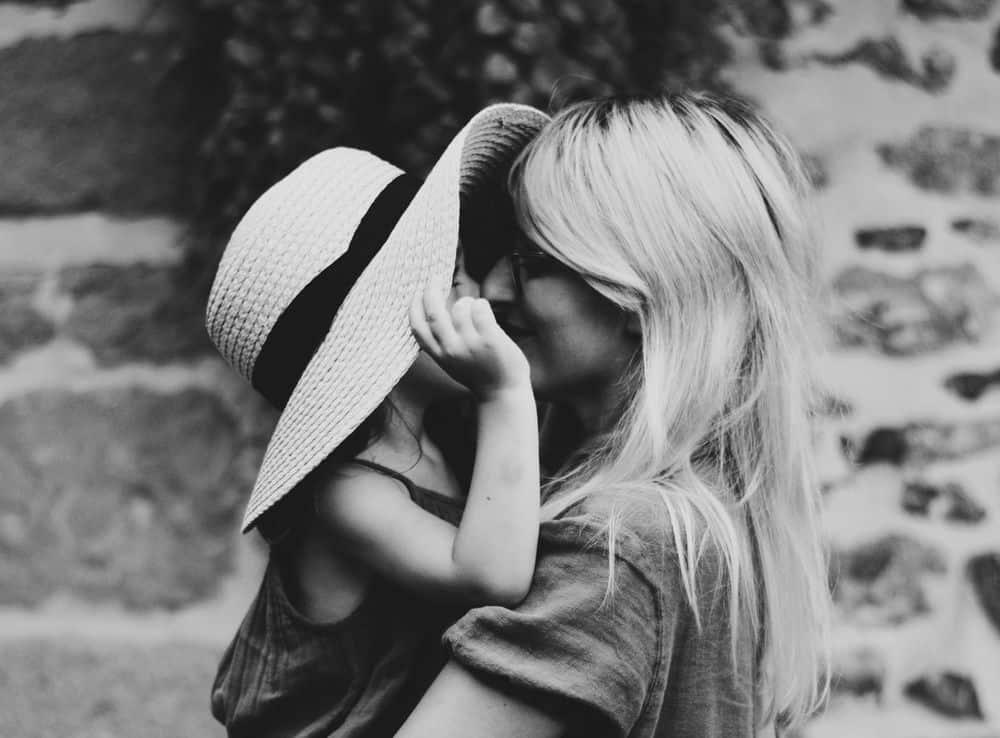 אם ובתה, חיבוק