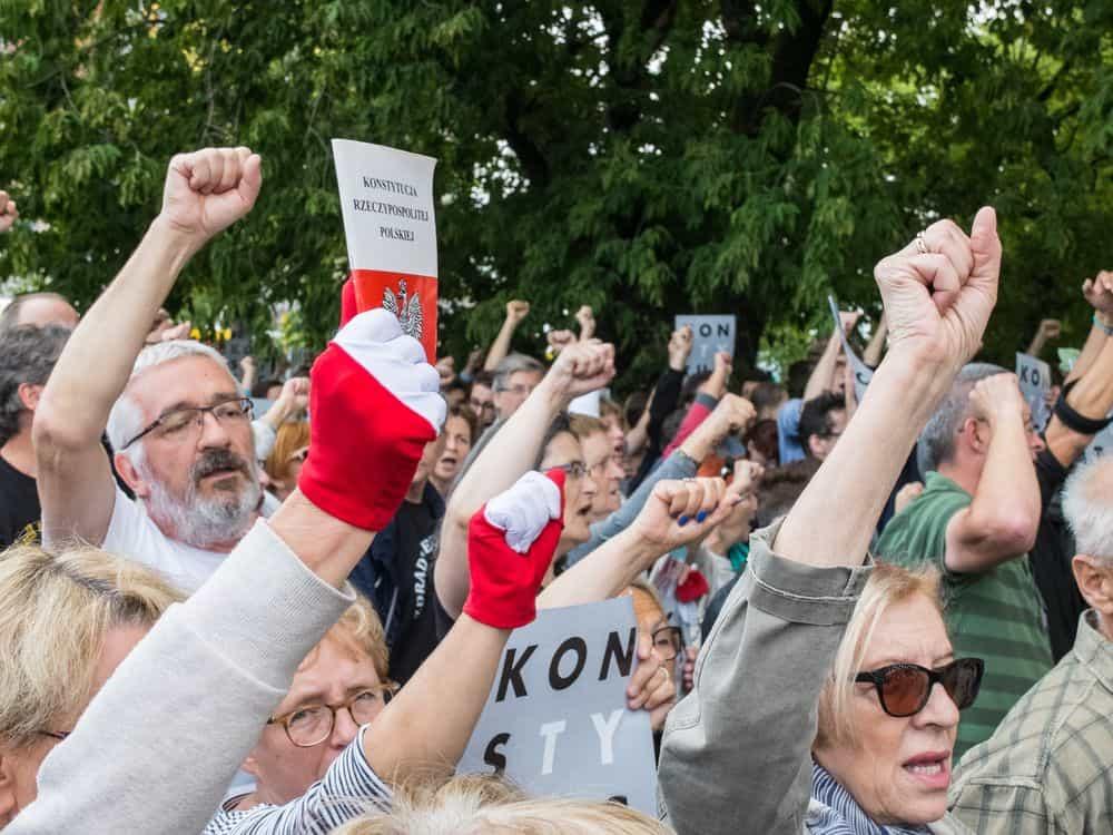 חוק וצדק, ורשה, פולין, הפגנה, בתי המשפט