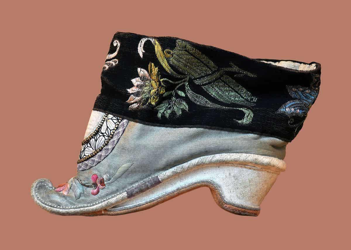 נעל לוטוס, קשירת רגליים