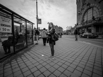 לבד, אישה צעירה, עיר, פולין