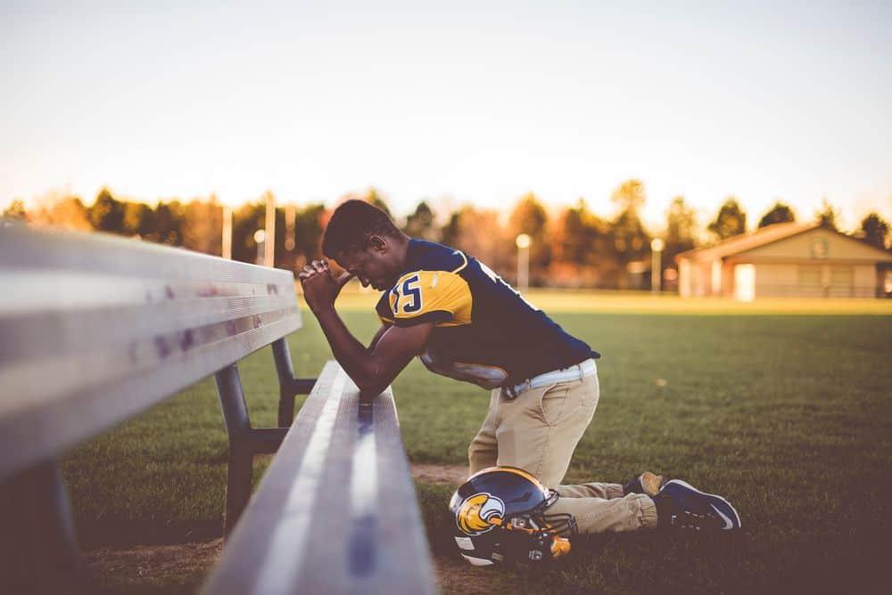 פוטבול, כריעת ברך, תפילה, שחקן