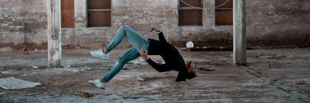 אישה שחור, קפיצה, באוויר, הפוך