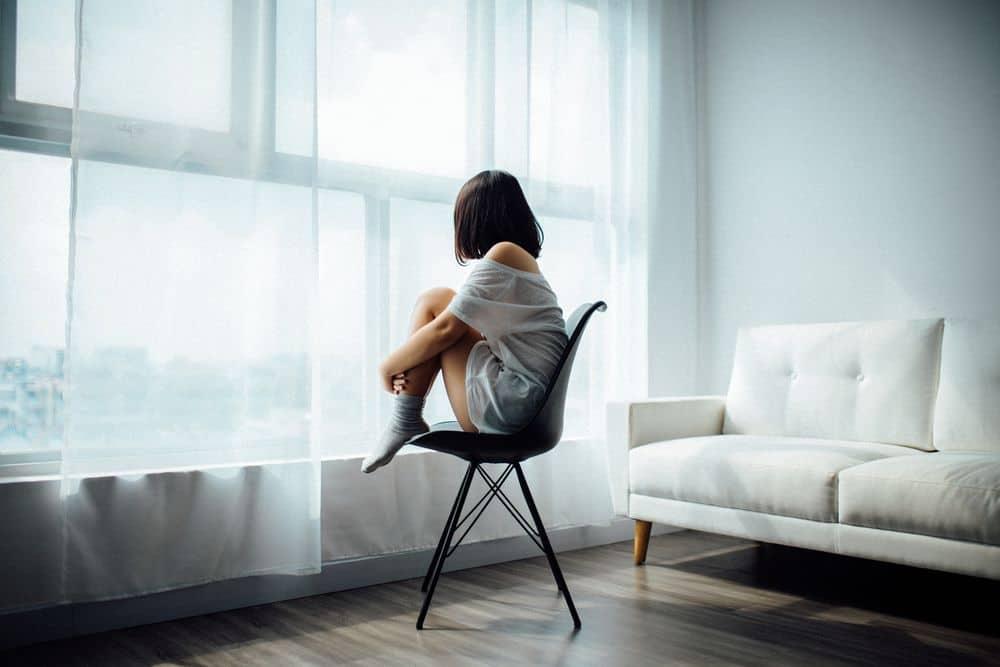 אישה לבד, כיסא, בדידות