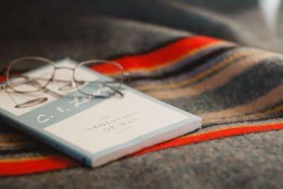 ספר, משקפיים, שמיכה