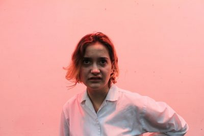 אישה צעירה, הבעת גועל
