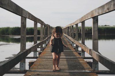 ילדה, גשר עץ