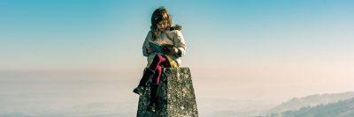 ילדה קוראת