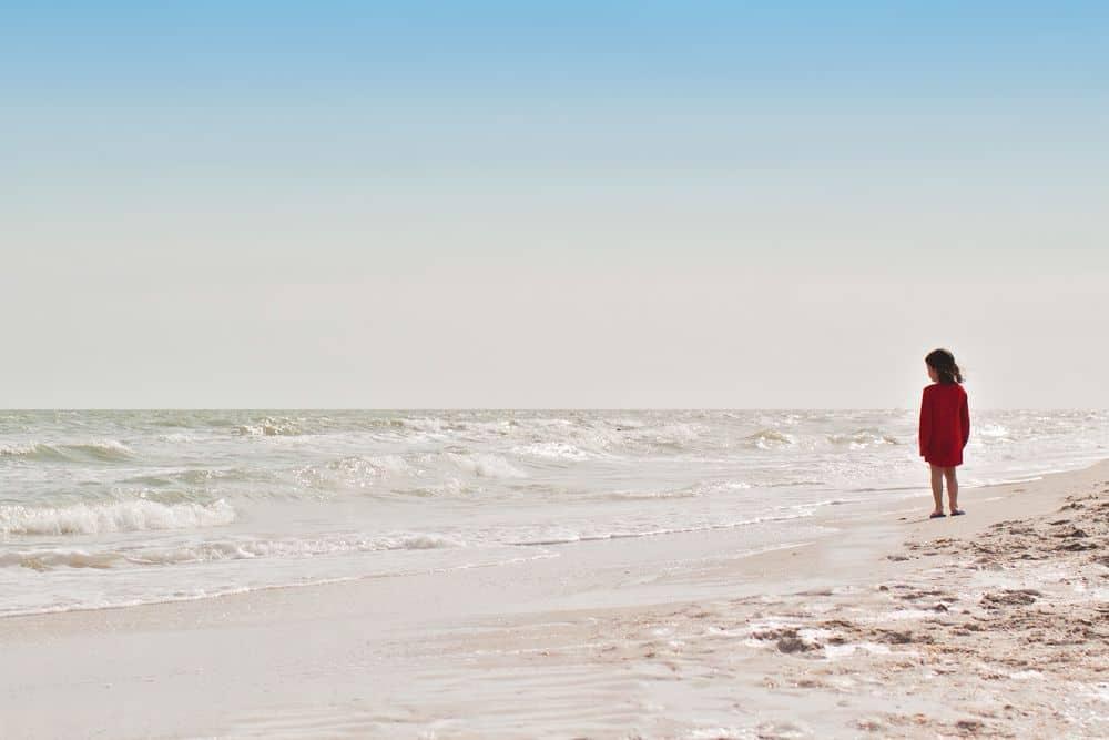 ילדה, לבד, חוף הים