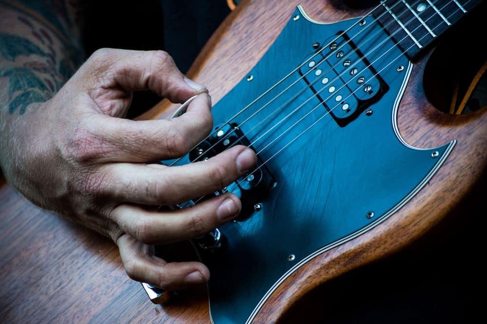 גיטרה חשמלית, מפרט, פריטה