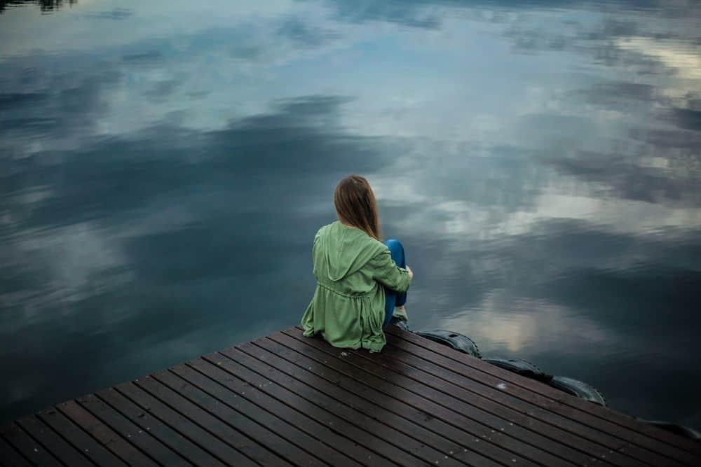 לבד, ליד המים
