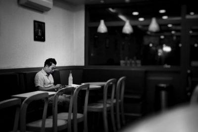 גבר, לבד, בית קפה