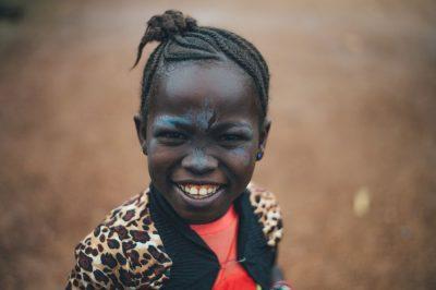 ילדה שחורה, ילדה צוחקת, צבעי פנים
