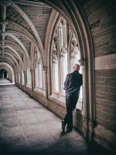 מנזר, איש מביט, קשתות