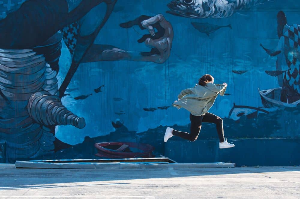 ציור קיר, בחורה קופצת, יצירתיות