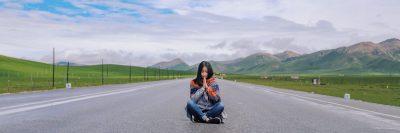 תפילה, כביש, צעירה יושבת