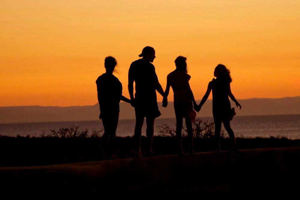 לתת יד, שקיעה, משפחה