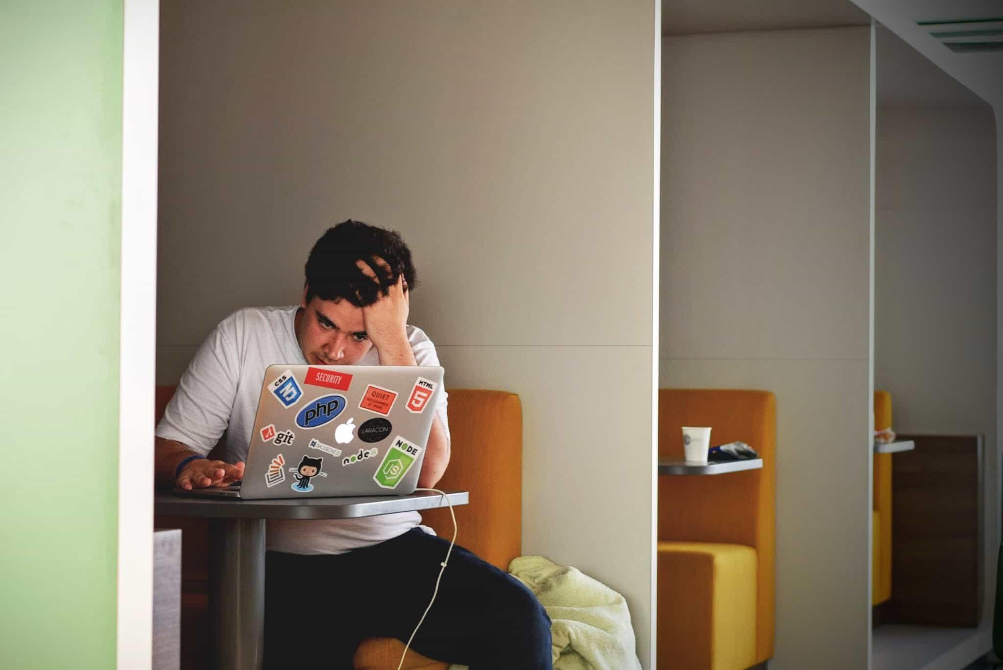 מחשב נייד, בחור, דדליין