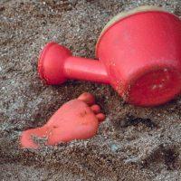 חוף הים, חול, צעצועים