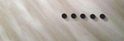 צללים, קיר לבן, נקודות שחורות