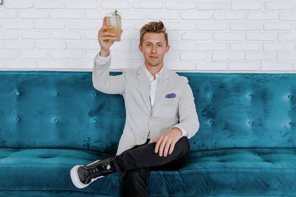 גבר צעיר, כורסה, כוס בירה