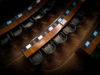 פרלמנט, כיסאות, דמוקרטיה