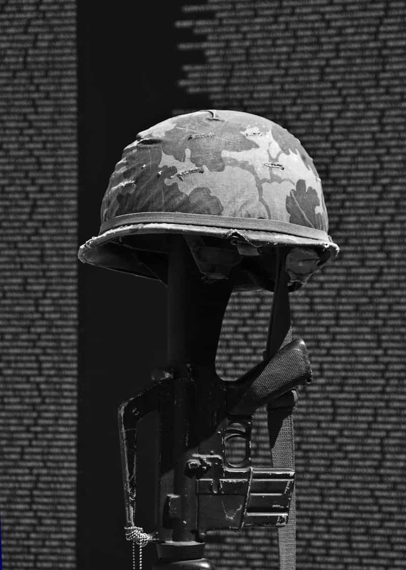 קסדה, רובה, אנדרטה, מלחמת וייטנאם