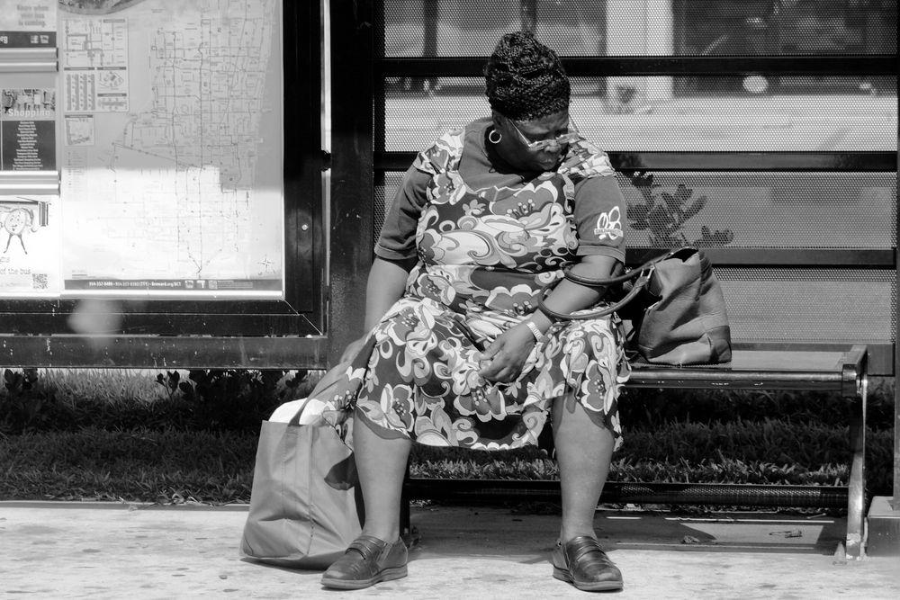 אישה שחורה, תחנת אוטובוס
