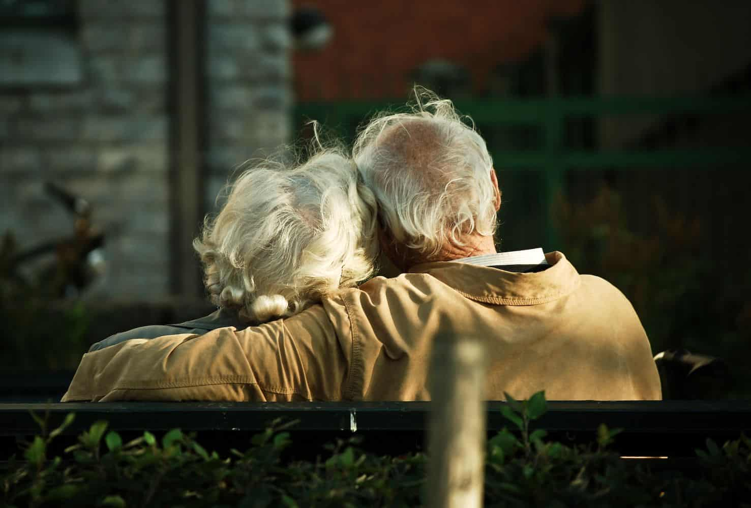 זוג מבוגר, ספסל, חיבוק