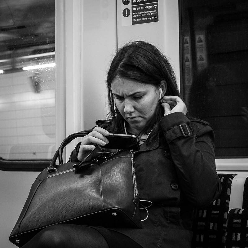 סלולרי, רכבת תחתית, צעירה, לונדון