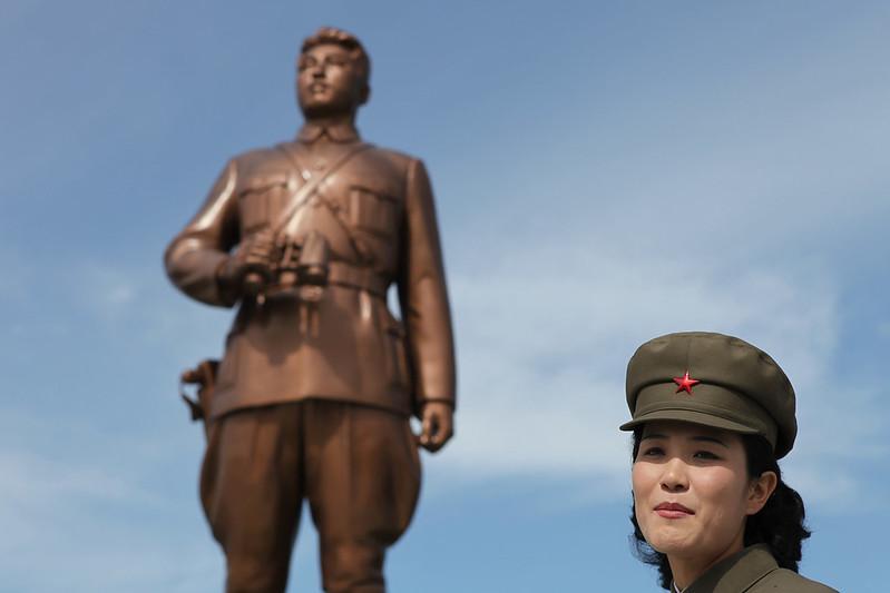 צפון קוריאה, מנהיג, פסל, חיילת