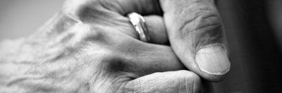 יד, זיקנה, להחזיק את היד, ליווי