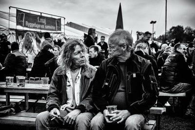 שני גברים, קשר עין