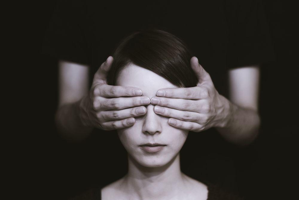 עיוורון, כיסוי עיניים