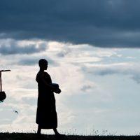 נזירים, בודהיזם, נדבות