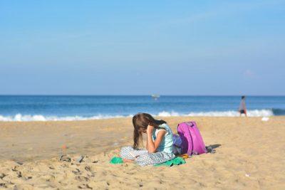ילדה, ספר, חוף הים, ילקוט, בית ספר, למידה מרחוק