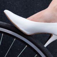 נעל עקב, אישה, אופניים