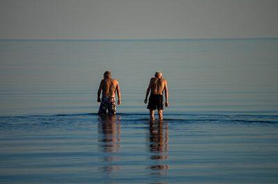 זוג גברים, זקנים, ים