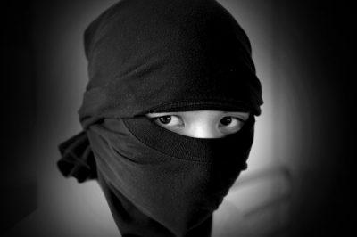 בדידות, בידוד, טרור