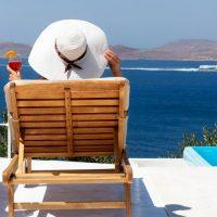 יוון, אי יווני, תיירים, כסאות נוח, שמש, שיזוף