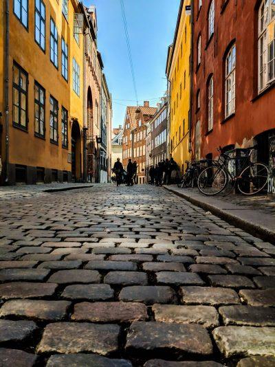 רחוב מרוצף, רחוב, אבני רחוב