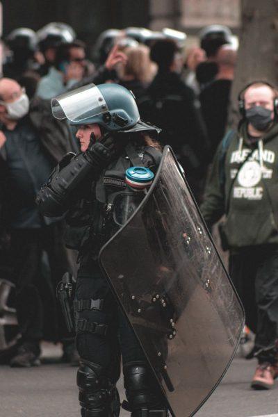 שוטרת, הפגנה