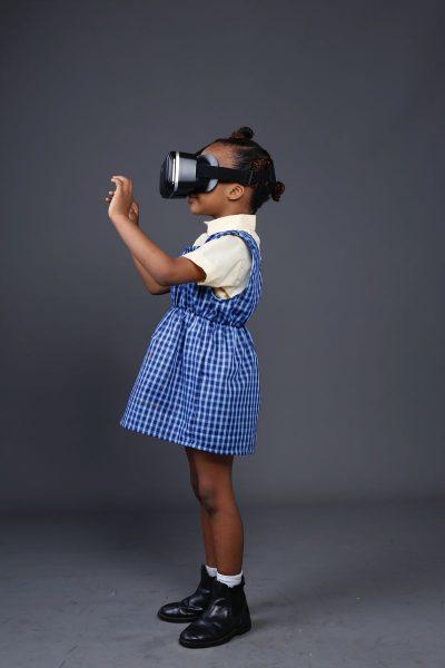 מציאות רבודה, משקפיים, ילדה
