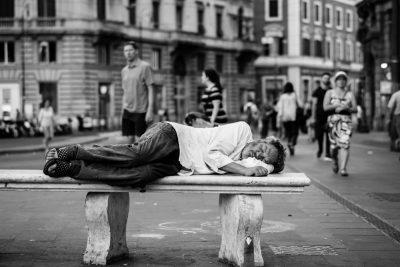 עוני, איש ישן, ספסל