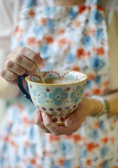 ספל קפה, ידיים, אישה, שמלה