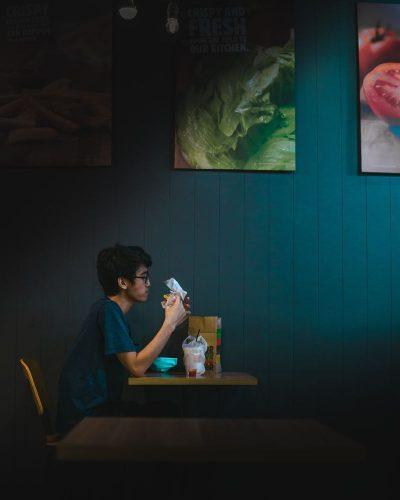 בחור צעיר, לבד, המבורגר